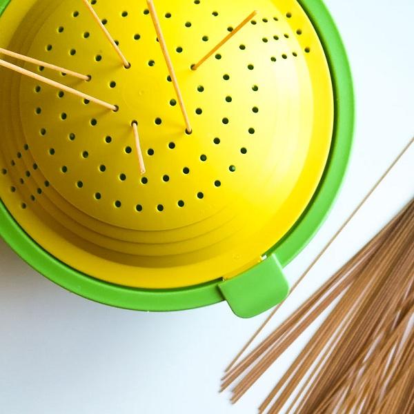 Infilare gli spaghetti nel colapasta - ghiotto e Pastrocchio