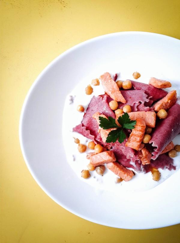 Pasta alla rapa rossa con trota salmonata e ceci