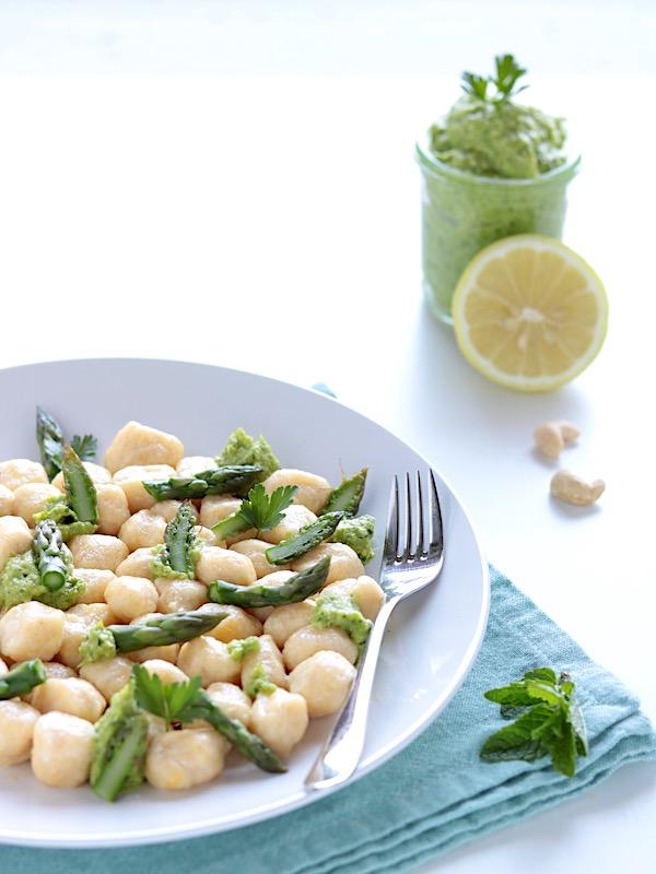 Gnocchi di ricotta e pesto di asparagi