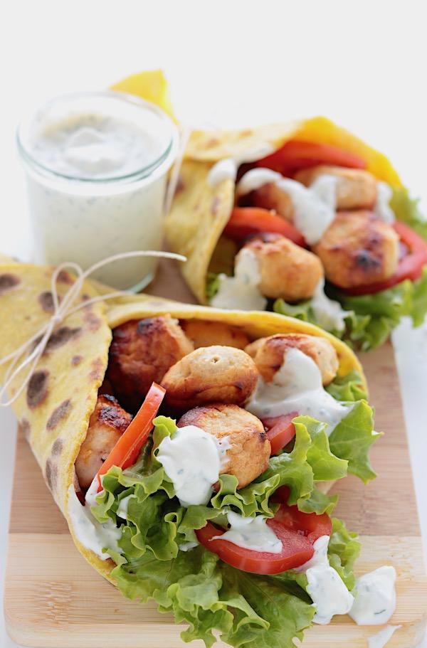 Rotolo alle patate con polpette, verdure e salsa allo yogurt