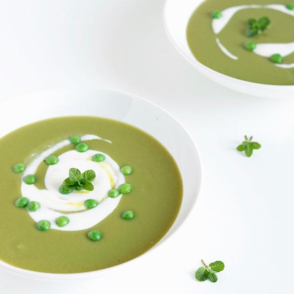 Zuppa verde di piselli e asparagi