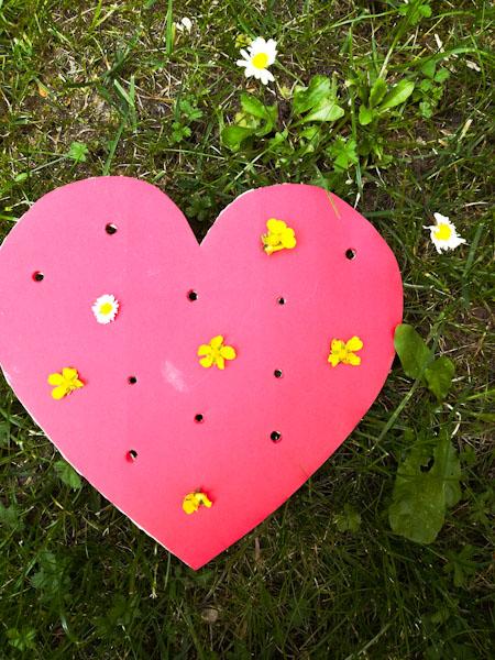 Infilare fiori in un cuore fustellato - Ghiotto e Pastrocchio